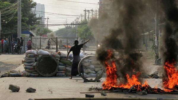 Участник акции протеста против военного переворота в Мандалае, Мьянма