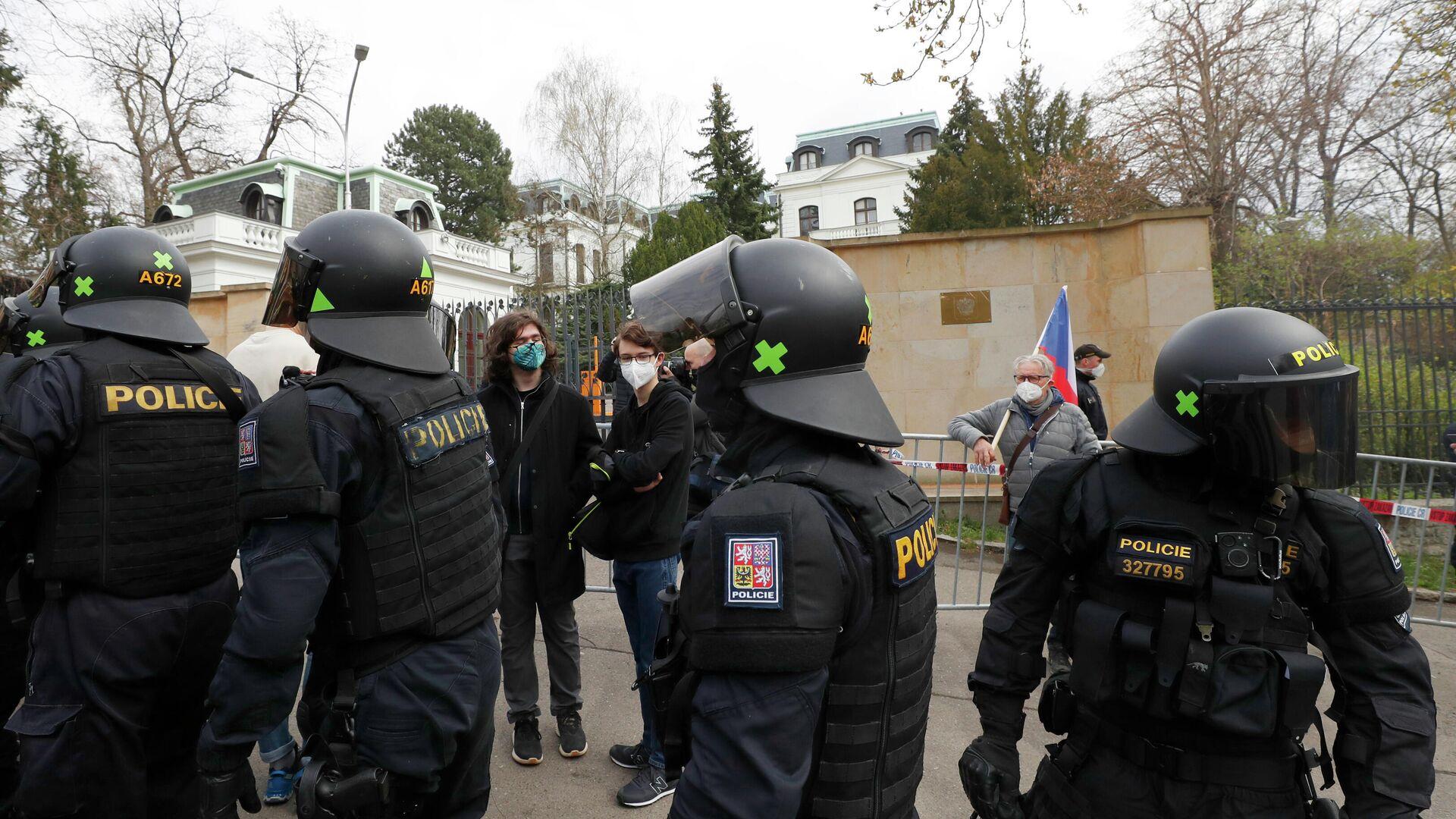 Сотрудники полиции и участники акции протеста у здания посольства России в Праге - РИА Новости, 1920, 05.05.2021