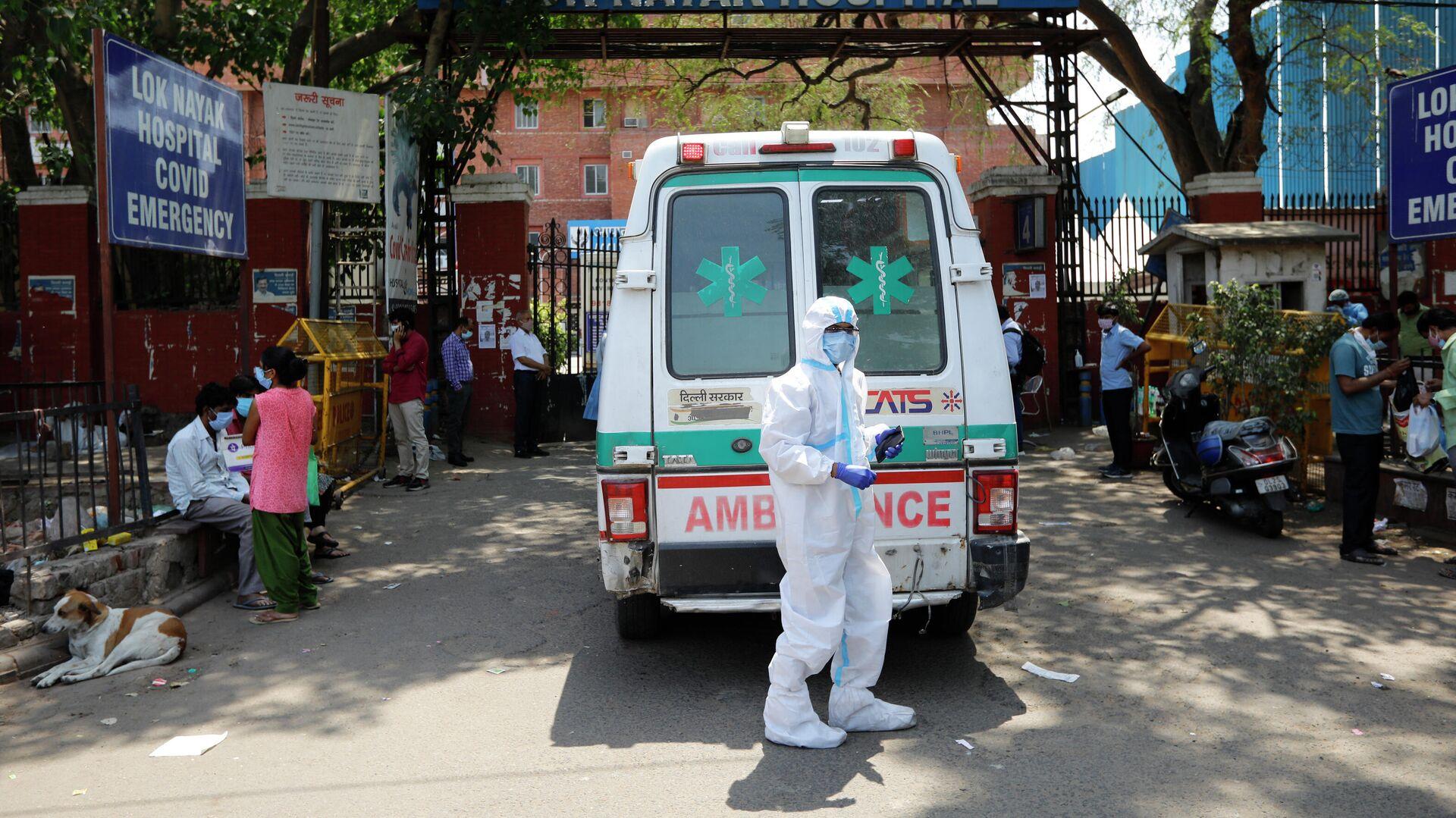 Скорая помощь возле больницы для лечения пациентов с COVID-19 в Нью-Дели, Индия - РИА Новости, 1920, 25.04.2021