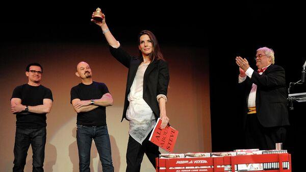 Актриса Сандра Буллок и основатель премии Джон Уилсон на церемонии вручения премии Золотая малина