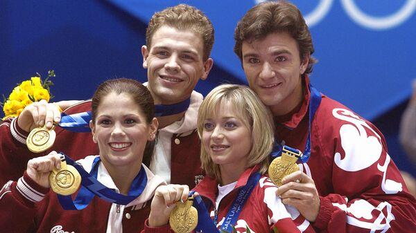 Олимпийские чемпионы в парном фигурном катании Елена Бережная, Антон Сихарулидзе (Россия) /справа/ и Жами Сале, Давид Пеллетье (Канада) на церемонии вручения золотых медалей.