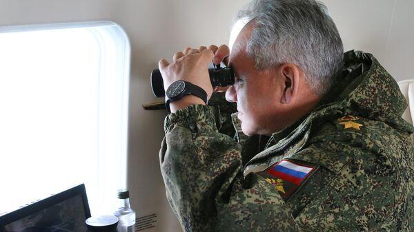 Министр обороны РФ Сергей Шойгу наблюдает за масштабными учениями войск Южного военного округа и ВДВ на полигоне Опук в Крыму