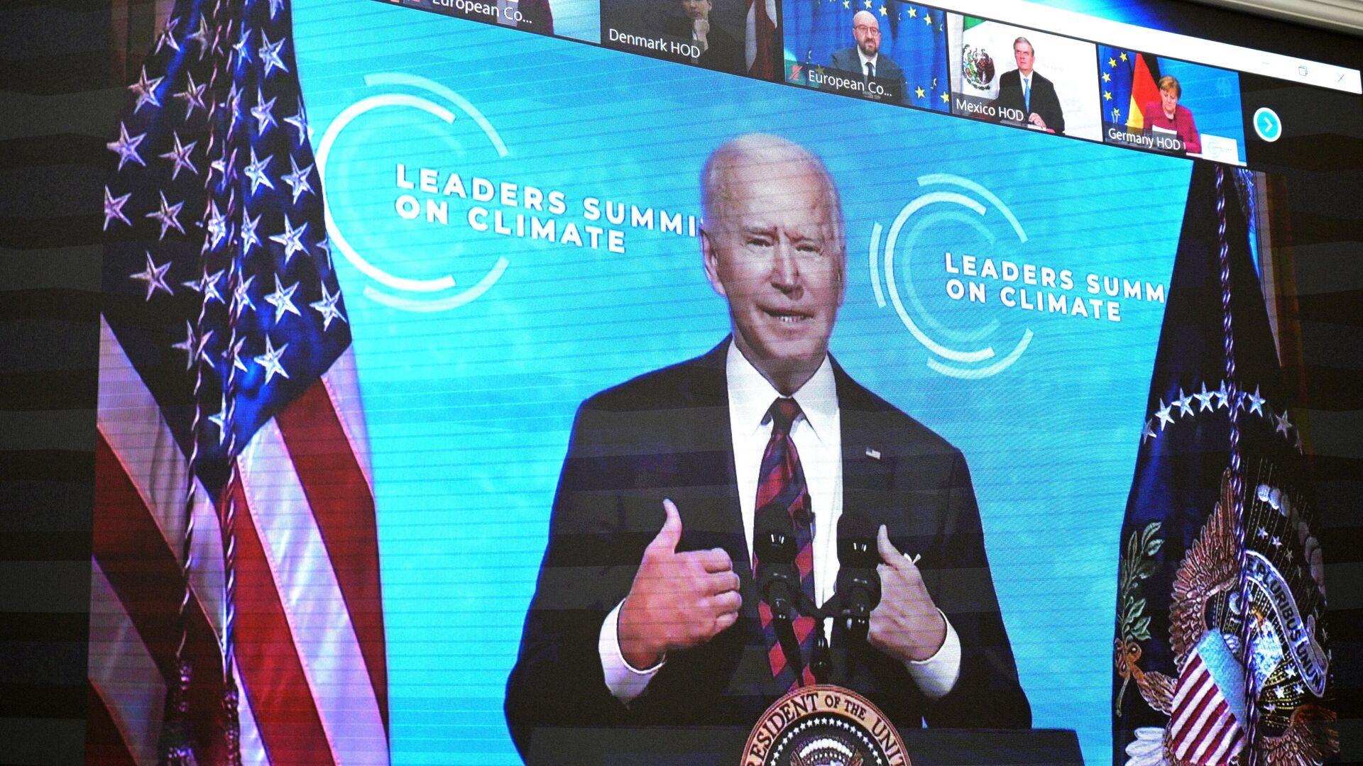 Монитор с изображением президента США Джо Байдена, выступающего на Саммите лидеров по вопросам климата - РИА Новости, 1920, 23.04.2021