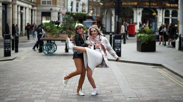 Девушки на улице в районе Ковент-Гарден после ослабления введенных из-за коронавируса ограничений в Лондоне