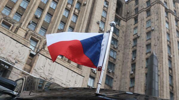 Автомобиль посла Чехии в РФ Витезслав Пивонька возле здания МИД РФ в Москве