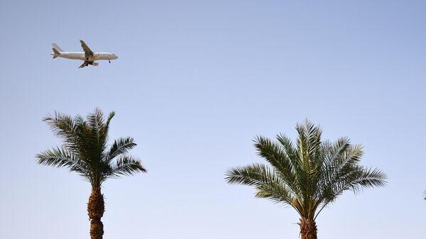 Самолет в небе над Шарм-эль-Шейхом