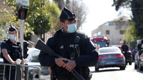 Полицейские на месте нападения на женщину-полицейского в коммуне Рамбуйе под Парижем