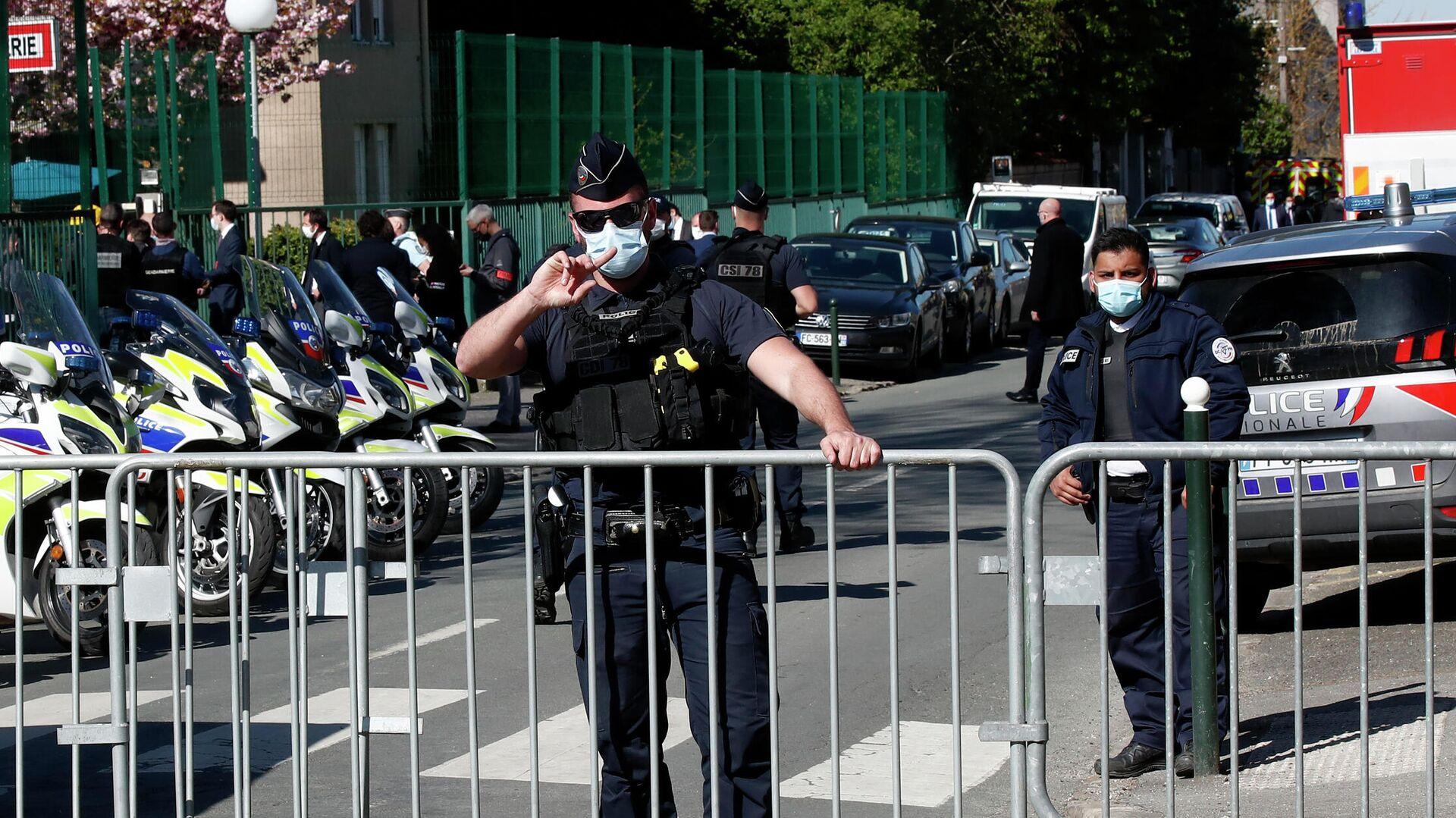 Полицейские на месте нападения на женщину-полицейского в коммуне Рамбуйе под Парижем - РИА Новости, 1920, 23.04.2021