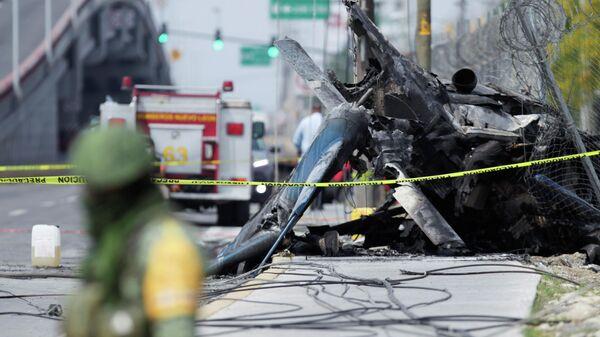 Обломки вертолета, упавшего на шоссе неподалеку от Монтеррея, Мексика