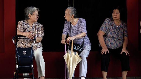 Пожилые люди на улице Токио, Япония