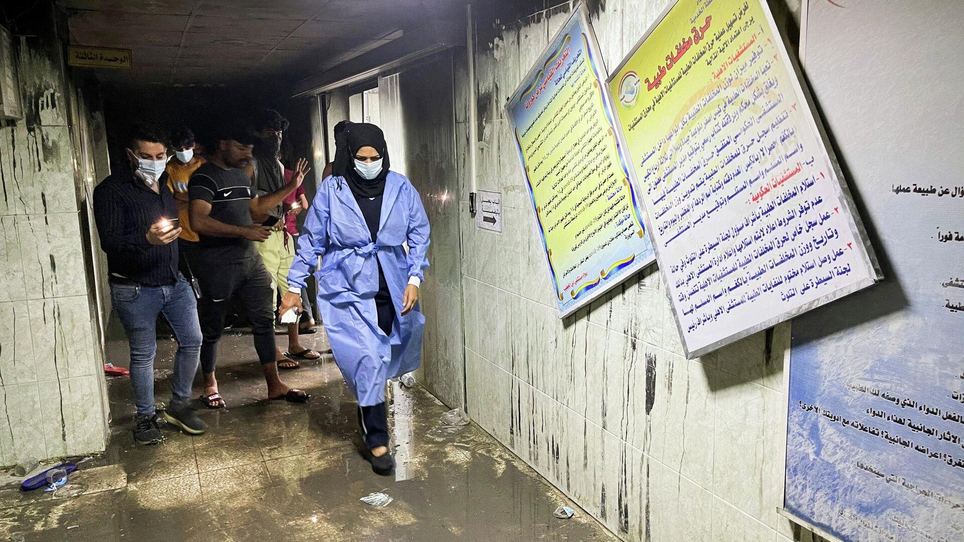 На месте пожара в больнице, предназначенной для пациентов с коронавирусной инфекцией, в Багдаде, Ирак - РИА Новости, 1920, 25.04.2021