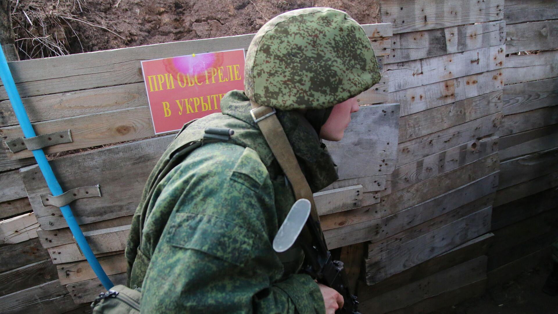 Боец Народной милиции ДНР на западной окраине Донецка на линии соприкосновения - РИА Новости, 1920, 26.07.2021