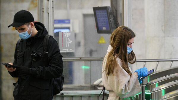 Пассажиры в вестибюле станции Пушкинская Московского метрополитена