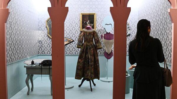 Посетительница выставки Под маской Венеции в рамках Открытого фестиваля искусств Черешневый лес в музее-заповеднике Царицыно