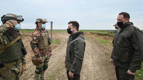 Президент Украины Владимир Зеленский во время поездки в Херсонскую область