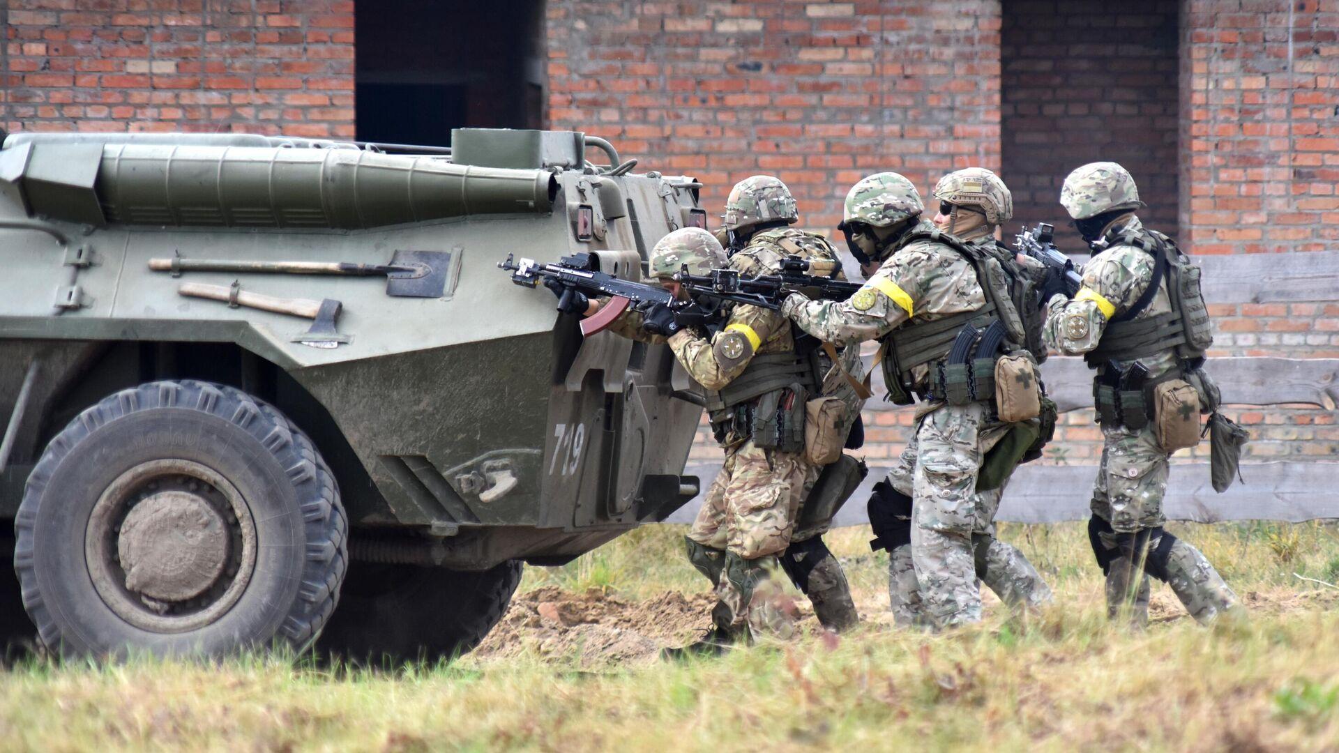 Военнослужащие Украины во время активной фазы совместных военных учений Украины и стран НАТО Rapid Trident-2020 на Яворовском полигоне во Львовской области - РИА Новости, 1920, 27.09.2021