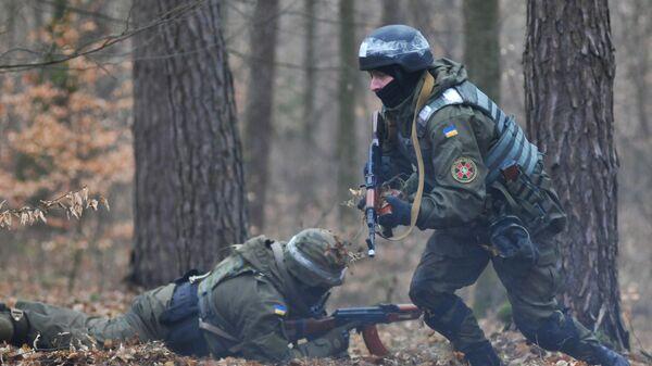 Военнослужащие Национальной гвардии Украины во время обучения по методике НАТО на полигоне в Золочевском районе Львовской области