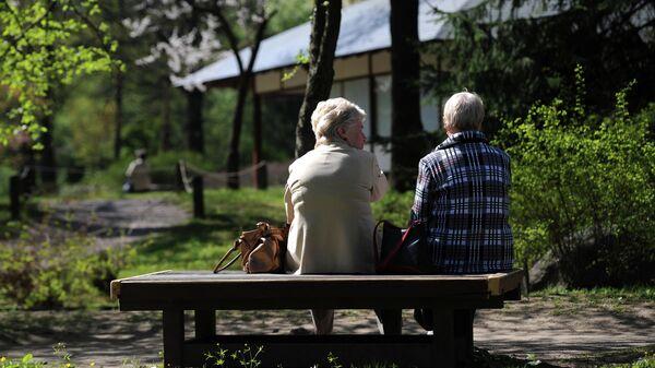Женщины наблюдают за цветением сакуры в Главном ботаническом саду имени Н.В. Цицина Российской академии наук (РАН) в Москве