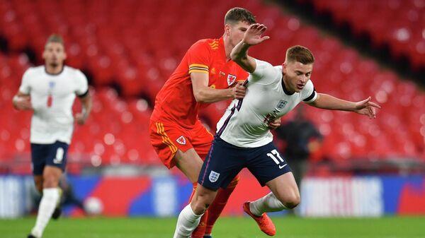 Полузащитник сборной Англии Харви Барнс (справа)