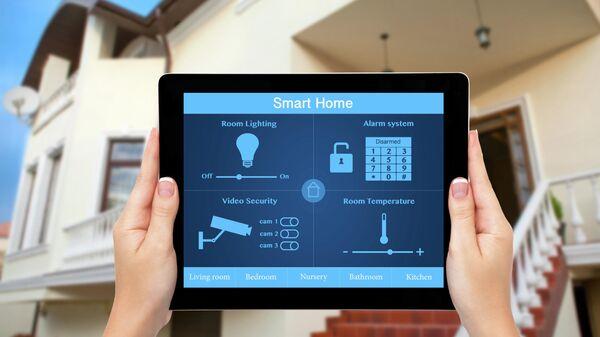 Девушка с планшетом с системой умный дом на экране