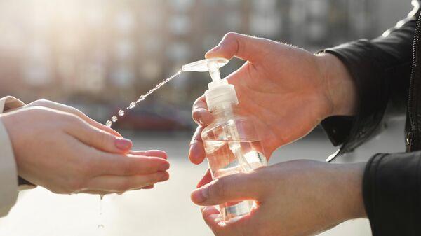 Обработка рук антисептиком