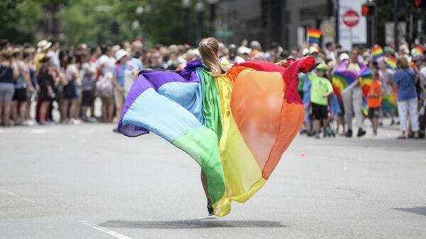 Девушка на демонстрации во время гей-парада в Бостоне в 2018 году