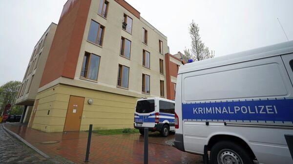 Полицейские машины рядом со зданием Оберлинклиники в Потсдаме, где были обнаружены тела четырех человек
