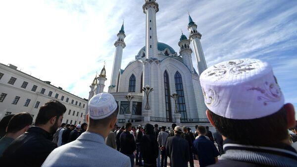 Мусульмане перед намазом в день праздника Ураза-байрам у мечети Кул-Шариф в Казани