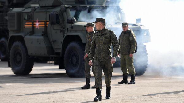 Военнослужащие в Москве готовят военную технику к ночной репетиции парада к 76-й годовщине Победы в Великой Отечественной войне
