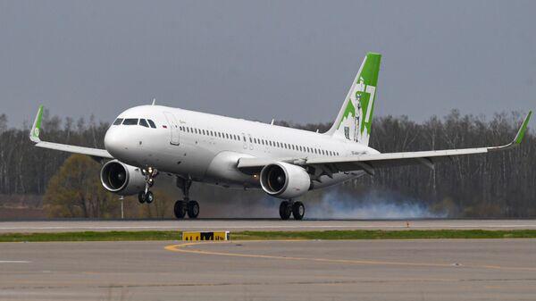 Посадка самолета Airbus A320 авиакомпании S7 Airlines в новой ливрее в аэропорту Домодедово