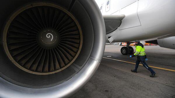Самолет Airbus A320 авиакомпании S7 Airlines в новой ливрее в аэропорту Домодедово