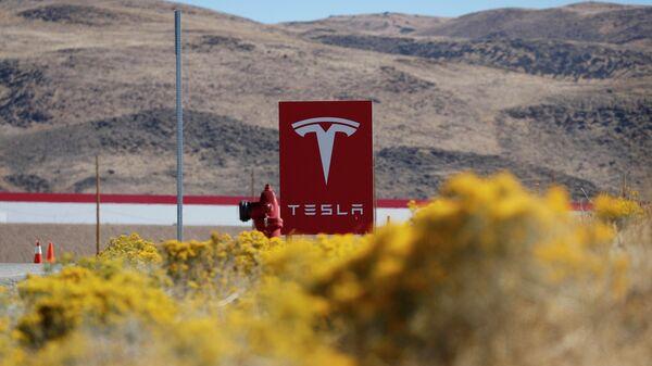 Вывеска завода Tesla Gigafactory в штате Невада