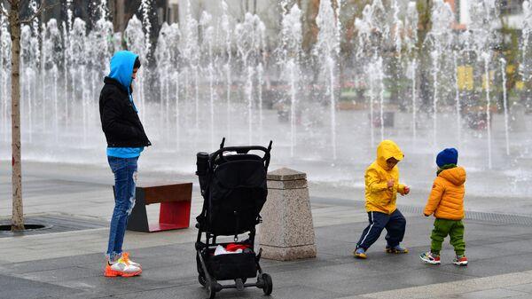 Женщина с детьми во время прогулки в Москве