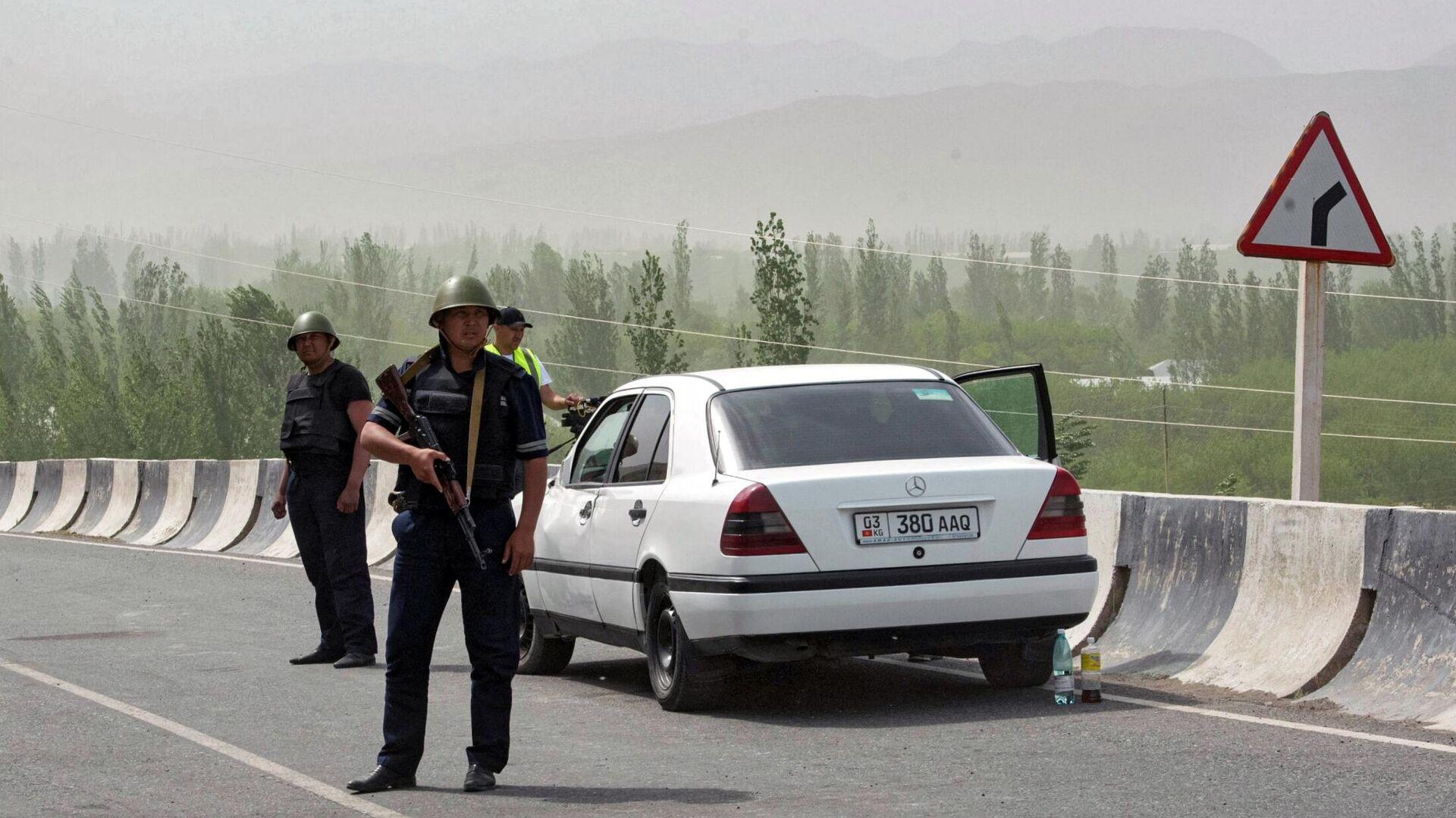 Военнослужащие и сотрудники полиции Киргизии в районе села Кок-Таш - РИА Новости, 1920, 01.05.2021