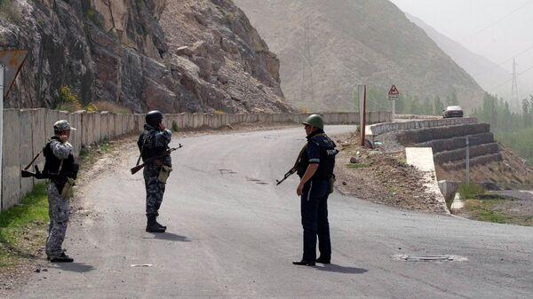 Военнослужащие и сотрудники полиции Киргизии в районе села Кок-Таш