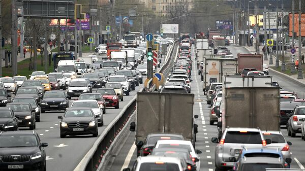 Автомобильное движение на Дмитровском шоссе в Москве