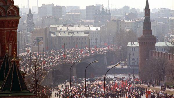 Участники демонстрации в центре города в День международной солидарности трудящихся (1 мая 1987 года)