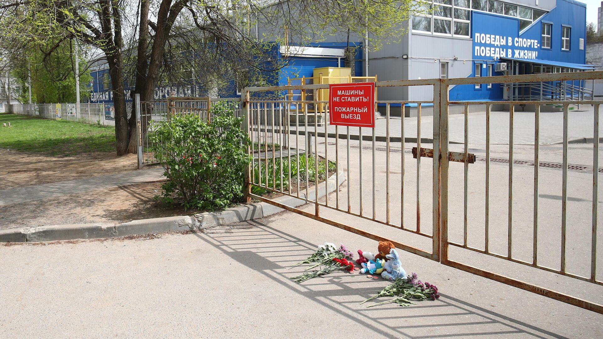 Цветы и мягкие игрушки у спортивной школы в Волгограде, где занимались погибшие и пострадавшие в ДТП на Ставрополье дети - РИА Новости, 1920, 02.05.2021