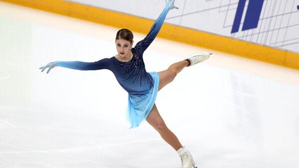 Алена Косторная выступает с короткой программой в женском одиночном катании в финале Кубка России по фигурному катанию в Москве