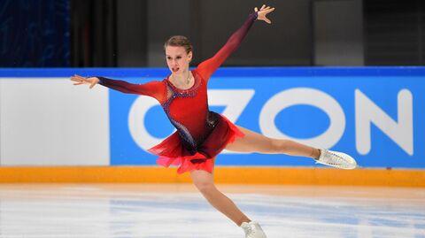 Майя Хромых выступает с произвольной программой в женском одиночном катании в финале Кубка России по фигурному катанию в Москве