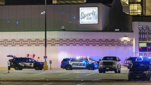 Сотрудники полиции на месте стрельбы в казино Oneida в штате Висконсин, США