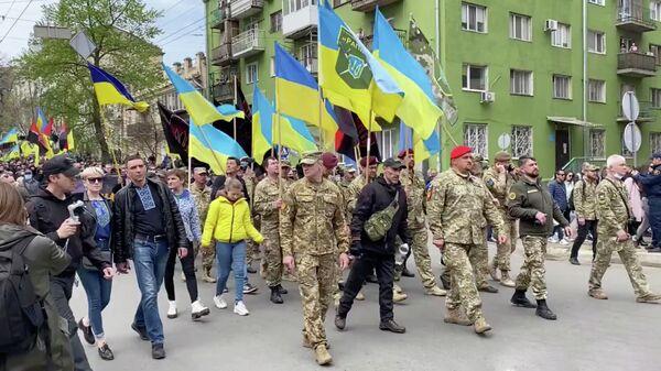 Украинские националисты во время шествия по случаю седьмой годовщины трагических событий в Одессе. Кадр из видео