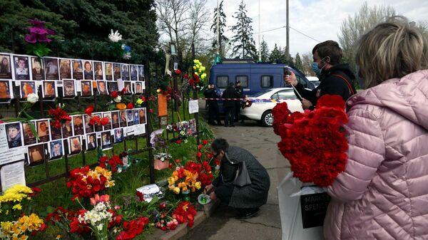Одесситы приносят цветы к Дому профсоюзов в Одессе, чтобы почтить память погибших в годовщину трагедии на Куликовом поле