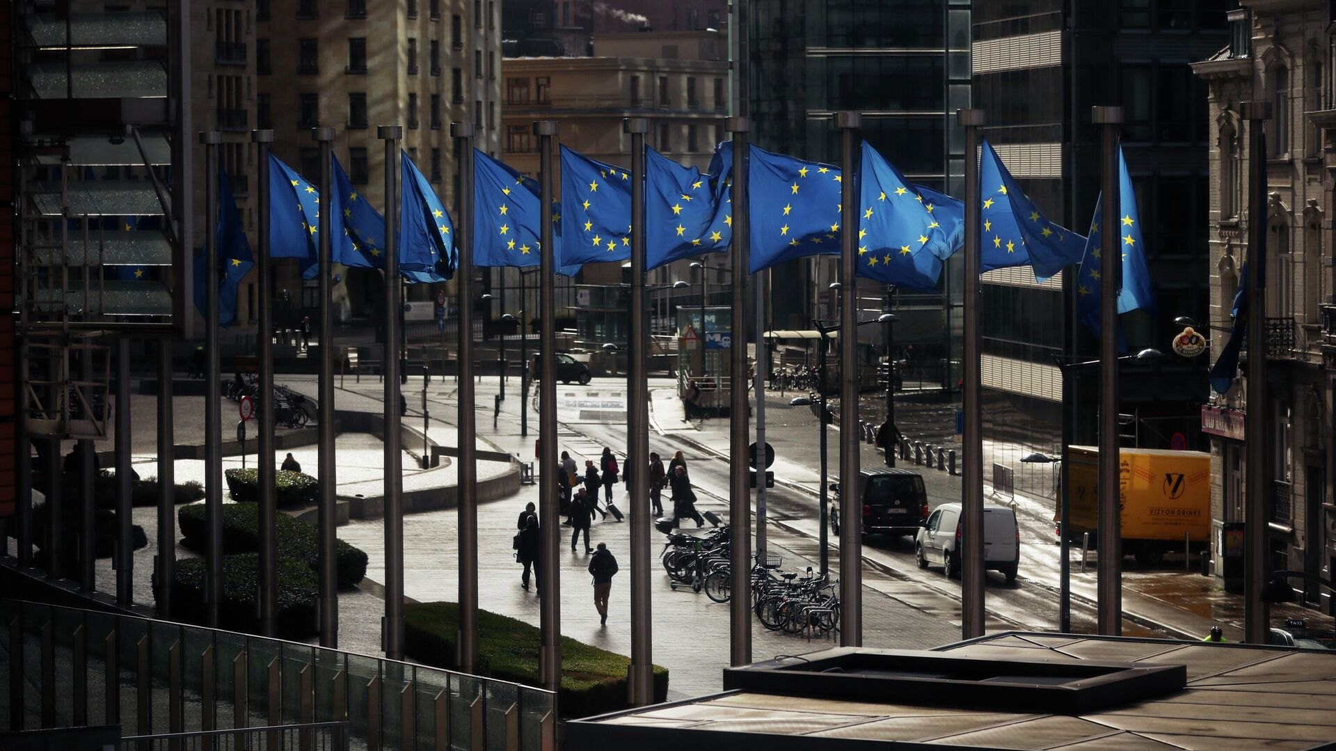 Флаги Евросоюза у здания Европейской комиссии в Брюсселе - РИА Новости, 1920, 13.05.2021