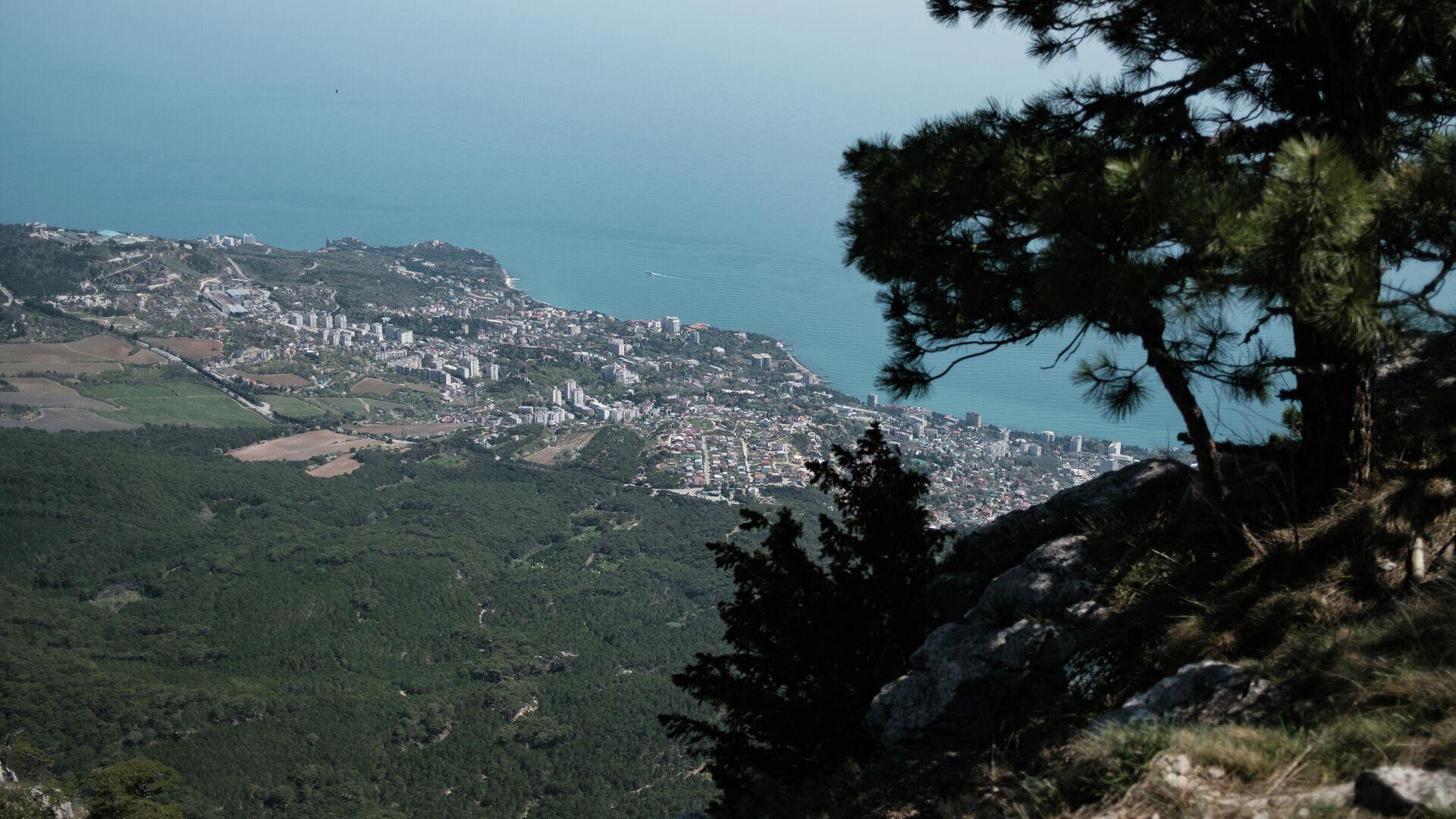 Вид на побережье Черного моря с вершины горы Ай-Петри в Крыму - РИА Новости, 1920, 03.10.2021