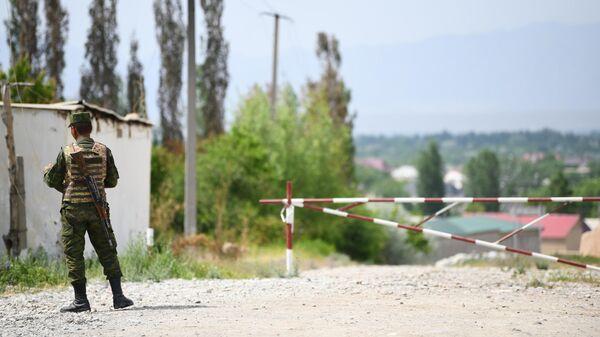 Военнослужащий ВС Киргизии у контрольно-пропускного пункта в приграничном с Таджикистаном селе Максат Лейлекского района Баткенской области