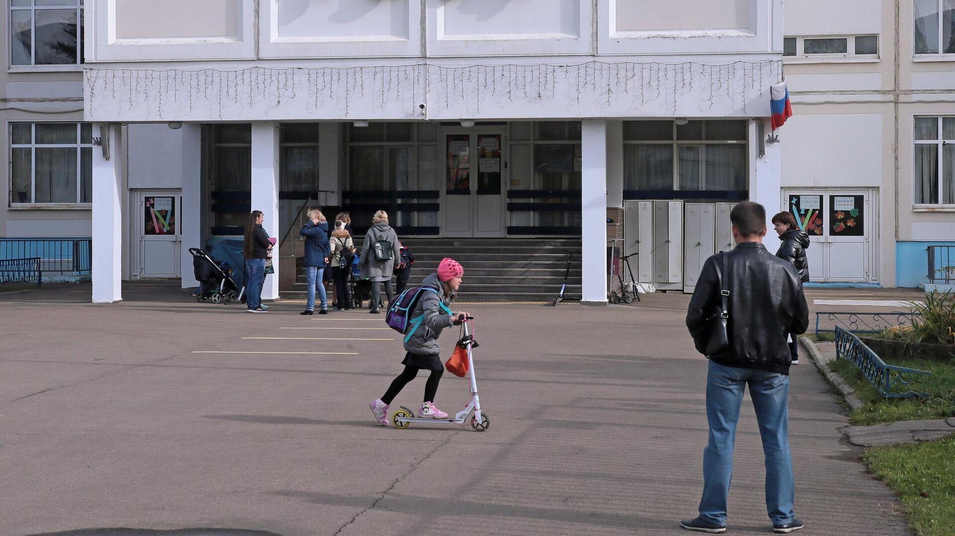 Ученики с родителями на территории школы - РИА Новости, 1920, 01.06.2021
