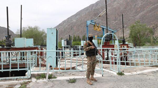 Военнослужащий вооруженных сил Киргизии охраняет водозабор Головной в приграничном с Таджикистаном селе Кок-Таш