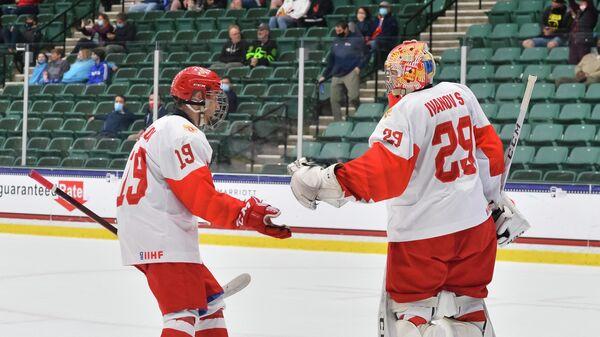 Хоккеисты юниорской сборной России Никита Чибриков и Сергей Иванов
