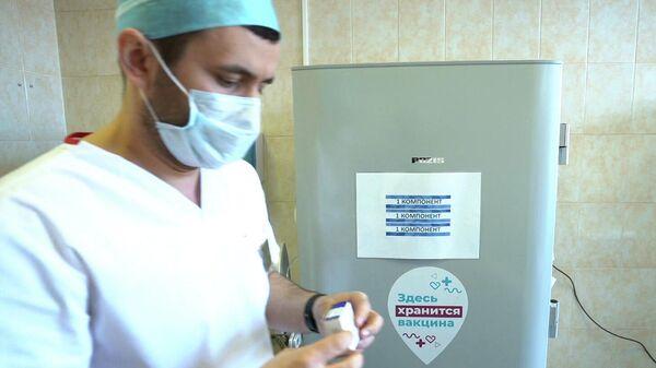 Медицинский работник держит контейнер с однокомпонентной вакциной Спутник Лайт